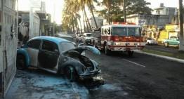 UEPC y Bomberos Colima atienden incendio de vehículo
