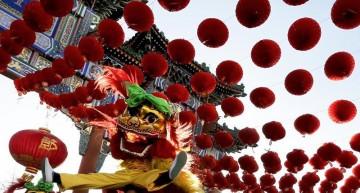 Chinos visitan templos y ferias para abrir el Año del Mono