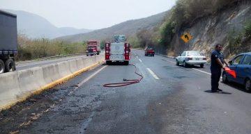 Derrame de combustible por impacto de camión en autopista Colima-Manzanillo