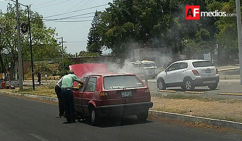 Fuego al interior de vehículo…