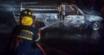 Camioneta que transportaba muebles choca y se incendia rumbo a Minatitlán