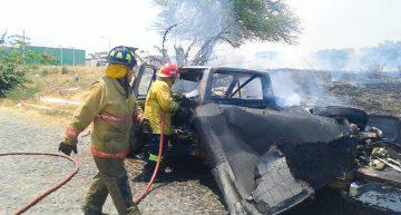 PC y Bomberos ayudan a sofocar incendio en camioneta