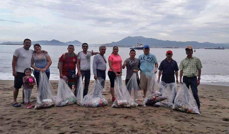 Limpian la playa de San Pedrito