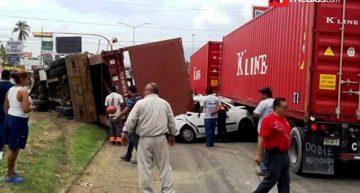 Tráiler sin frenos en Mzllo impacta 4 vehículos