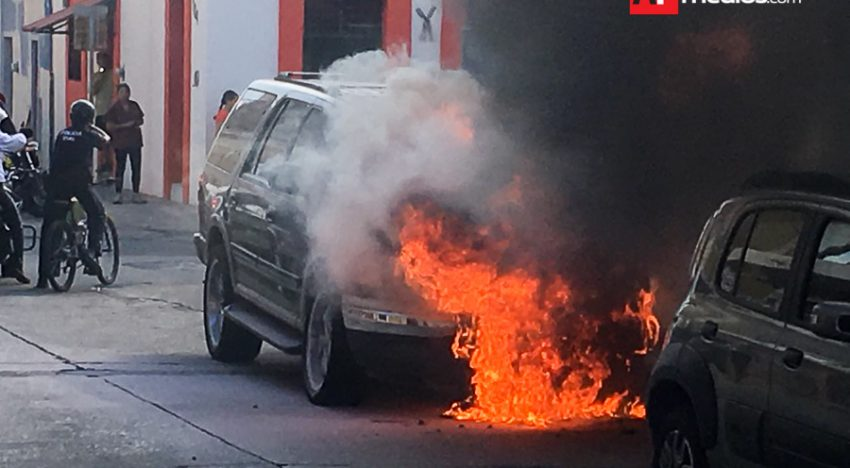 Bomberos combaten fuego de camioneta