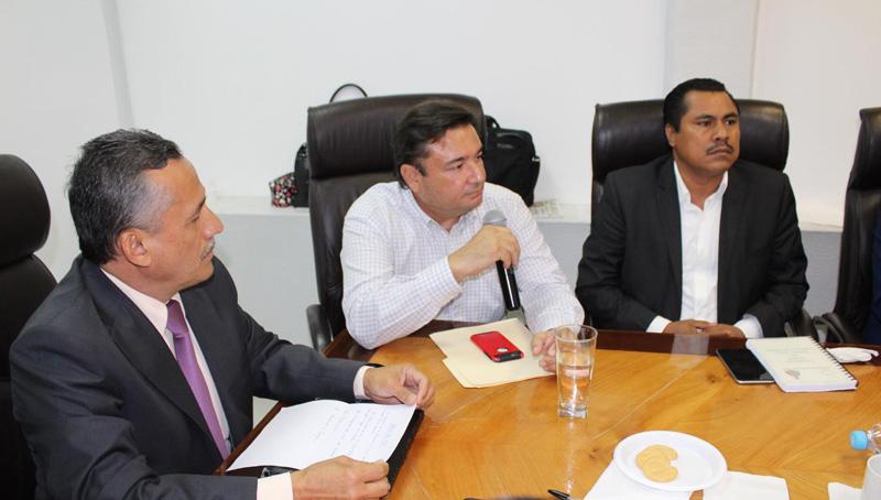 Auditor se reúne con diputados