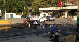 En gasolinera de Mzllo se derrama diesel, empleados lo recogen con baldes