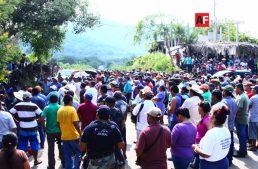 Habitantes de Ostula, Chinicuila y Coahuayana protestan pacíficamente en carretera