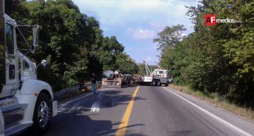 Volcadura de trailer provoca cierre de carretera libre Manzanillo-Armería