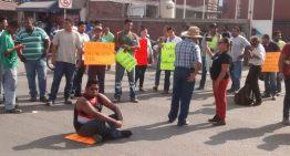 Por 'gasolinazo' transportistas cierran carretera a Jalipa; ciudadanos crucero de Tapeixtles en Mzllo