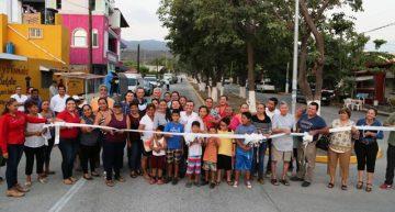 Entrega Gaby Benavides obras en El Valle