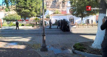 En Nogales, lanzan piedras a policías