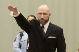 Asesino noruego hace saludo nazi en el tribunal