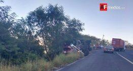 Tráiler se vuelca con carga en carretera libre Manzanillo-Armería