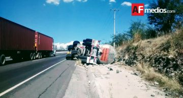 Vuelca pipa con 33 mil litros de gasolina en la Colima – Tecomán
