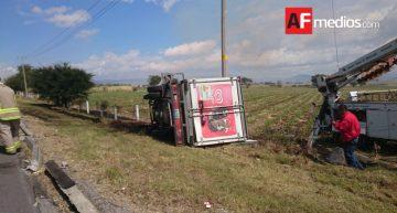 Camión de helados se voltea en la Colima-GDL