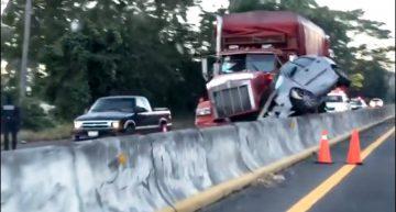 Auto queda prensado en la autopista Tecomán-Colima