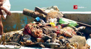 Buzos, pescadores y funcionarios retiran 850 kilos de basura en Manzanillo