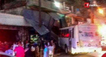 Urbano embistió puestos ambulantes en Manzanillo; hay 3 lesionados