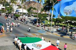 Más de 6 mil personas en ceremonia y desfile del Día de la Bandera en Manzanillo