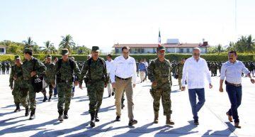José Ignacio Peralta visita al personal de la Policía Militar en Tecomán