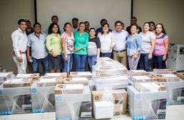 Entrega Gaby Benavides equipo de cómputo A microempresarios de Manzanillo