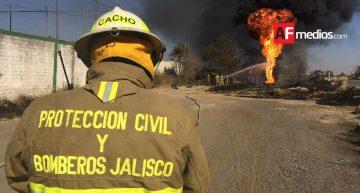 PC Jalisco combate incendio en ducto de Pemex