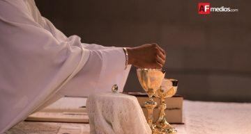 No saludar de beso ni tomar hostia de mano del sacerdote, para evitar influenza: Salud
