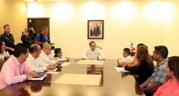 Gobernador entrega kits de viaje a participantes en el Décimo Parlamento de Niñas y Niños