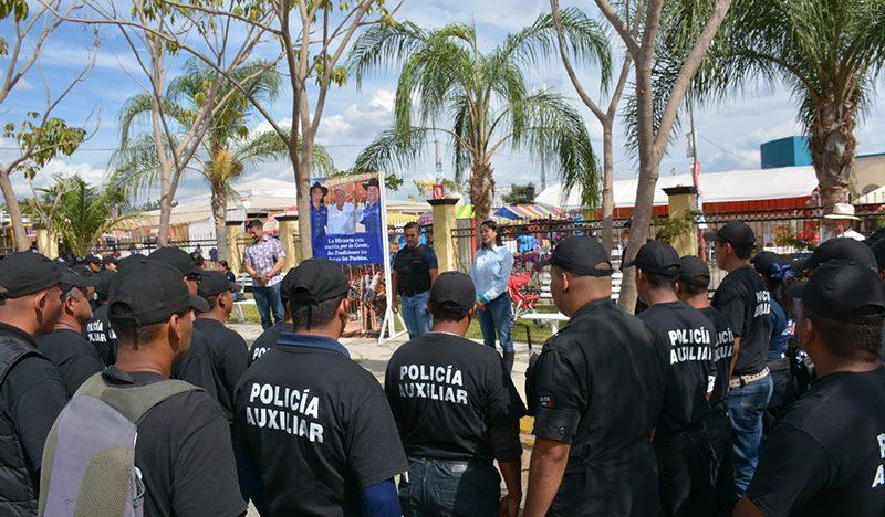 Se reúne Yulenny Cortés con policías auxiliares
