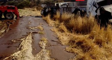 Pipa de aceite se voltea en carretera Encarnación de Díaz-Ags