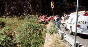 Vuelca camión en Casimiro Castillo; hay 8 muertos y 19 lesionados