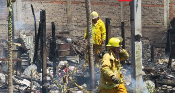 Bomberos combaten incendio en Villa de Álvarez; se afectaron tres viviendas