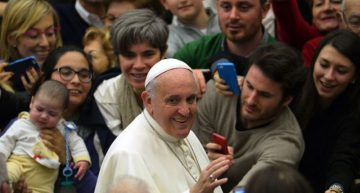 El papa pide revisar la Biblia tanto como los celulares