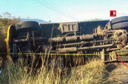 Volcadura de camión urbano deja un muerto y 20 lesionados en Jalisco