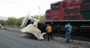 Tren impactó a tráiler en Tecomán