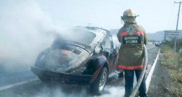 'Vocho' se incendia en carretera Colima-Tecomán