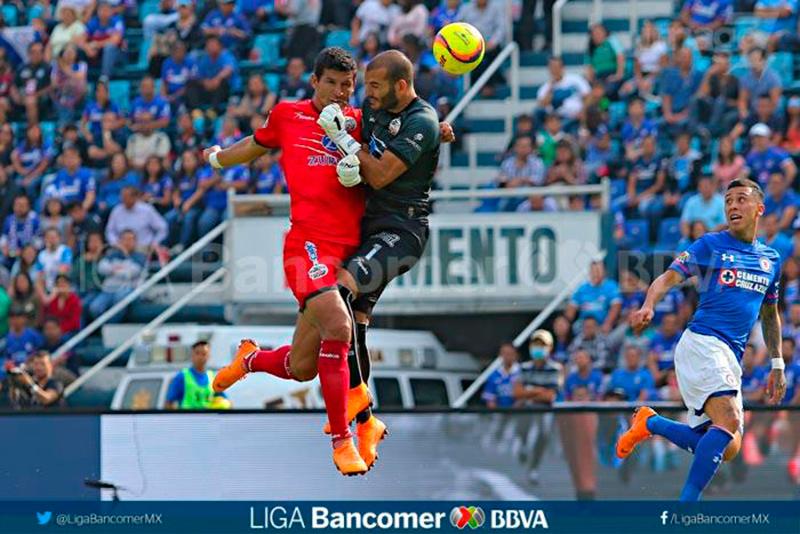 Lucero Álvarez sale del partido por lesión