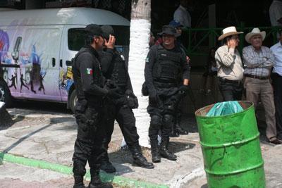Resguardan policías la Feria