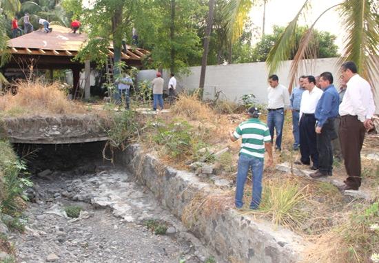 Ayuntamiento de colima retira b veda sobre el arroyo el for Viveros en colima